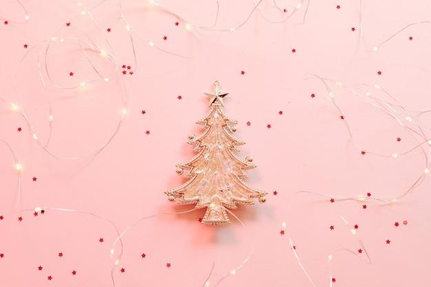 Weihnachtstannenbaumfigur mit glitzer und lichterketten