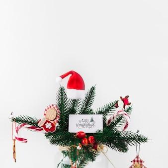 Weihnachtstannenzweig verziert mit bunten verzierungen