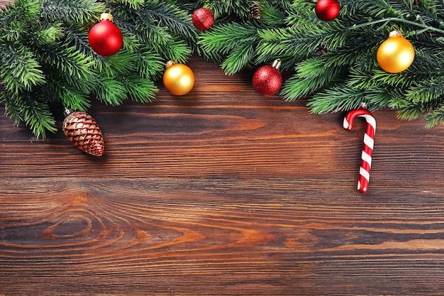 Weihnachtstannenzweige mit spielzeug auf holztisch