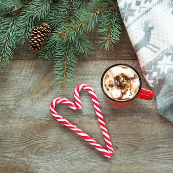 Weihnachtstasse kaffee mit eibisch auf holztisch.
