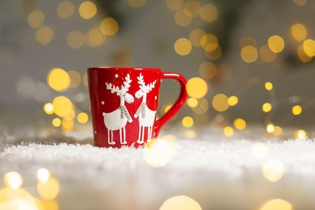 Weihnachtsthematischer becher mit rotwild