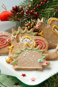 Weihnachtstierförmige plätzchen mit festlichen dekorationen