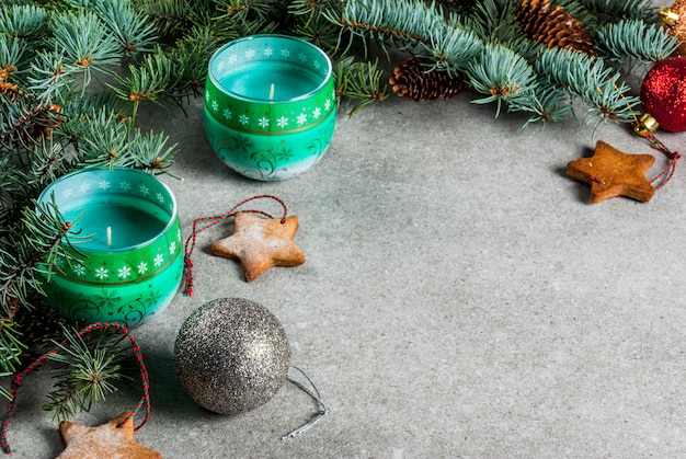 Weihnachtstisch, für grußkarte. weihnachtsdekoration, kerzen, tannenbaum und lebkuchenplätzchen auf grauer steintabelle. .