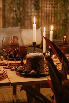 Weihnachtstisch mit pudding und kerzen