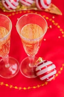 Weihnachtstisch mit rotem tuch und dekoration mit champagner hautnah
