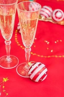Weihnachtstisch mit rotem tuch und dekoration mit champagner