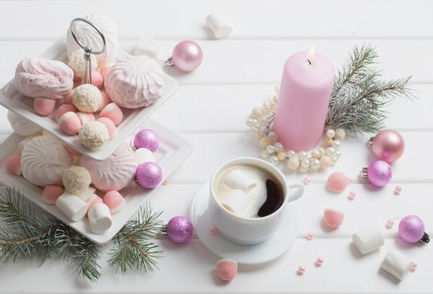 Weihnachtstisch mit tasse kaffee und dessert