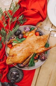 Weihnachtstisch serviert mit einem truthahn
