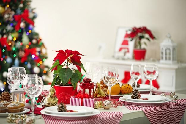 Weihnachtstischdekoration auf hellem raumhintergrund