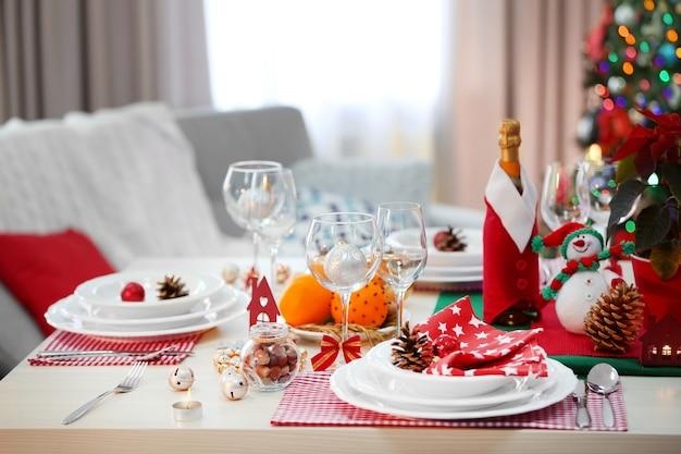 Weihnachtstischdekoration im hellen raum