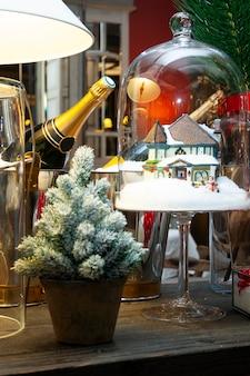 Weihnachtstischdekoration mit champagnerflaschen.