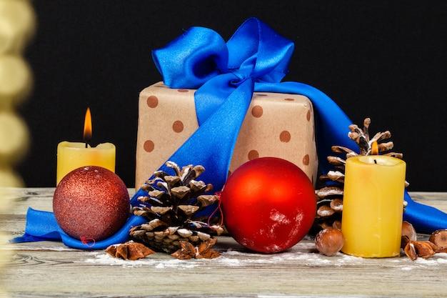 Weihnachtstischdekoration mit einer geschenkbox