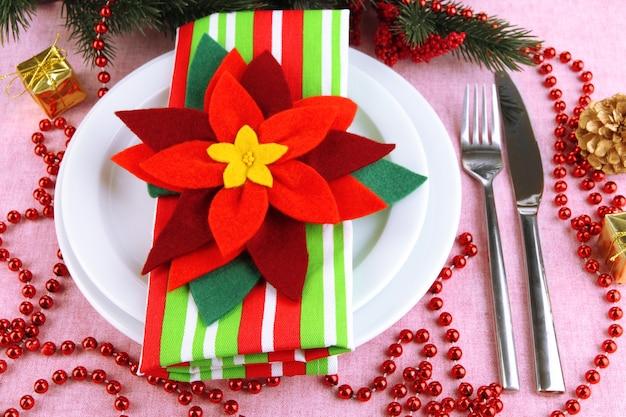 Weihnachtstischdekoration mit festlicher dekoration hautnah