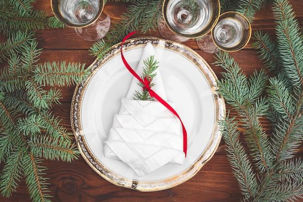 Weihnachtstischdekoration mit tannenzweigen und dekorationen von oben