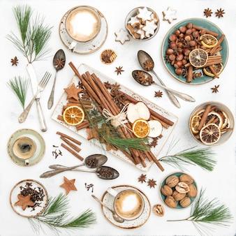 Weihnachtstischdekorationsplätzchen mit kaffee. flach liegen. ansicht von oben