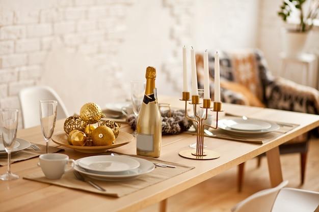 Weihnachtstischgedeck mit feiertagsdekorationen. neujahr feierlichkeiten.