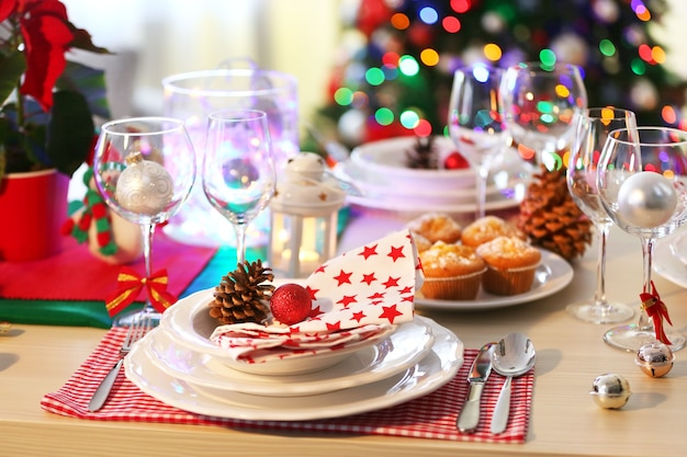 Weihnachtstischgedeck mit feiertagsdekorationen