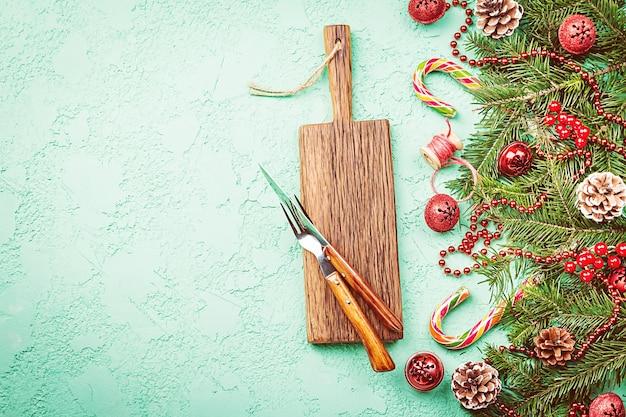 Weihnachtstischgedeck mit festlichen dekorationen feiertagshintergrund-draufsicht mit kopienraum