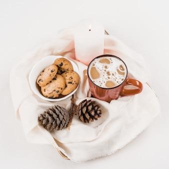 Weihnachtstraditioneller heißer getränkkakao mit eibisch