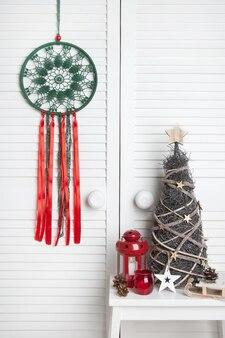 Weihnachtstraumfänger auf türhintergrund