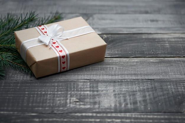 Weihnachtsüberraschung auf dem holztisch