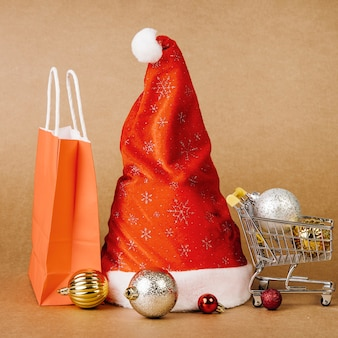 Weihnachtsverkaufskonzept mit hut in der mitte