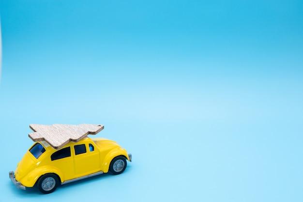 Weihnachtsverzierung auf einem gelben auto
