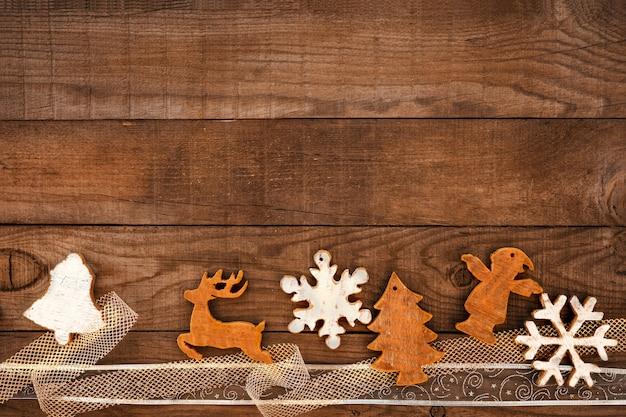 Weihnachtsverzierung auf hölzernem hintergrund.