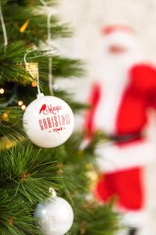Weihnachtsverzierung auf tannenbaum