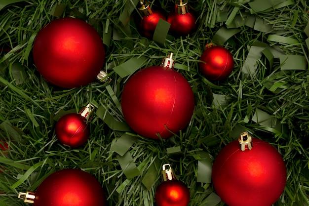 Weihnachtsverzierung gemacht mit blättern und kugeln
