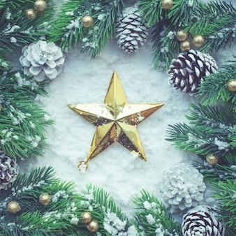 Weihnachtsverzierung mit goldenem stern und kiefer, flach gelegt