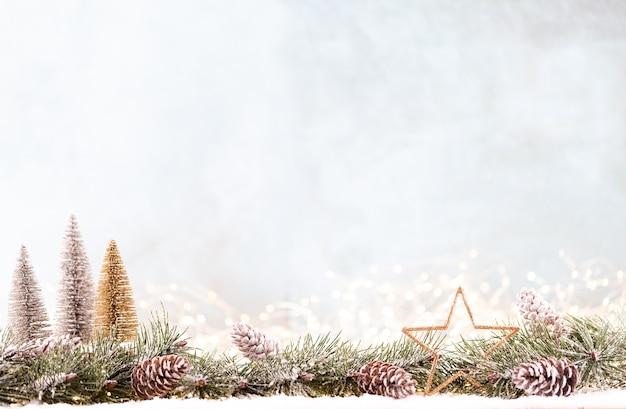 Weihnachtsverzierung mit lichterketten auf blauem hintergrund