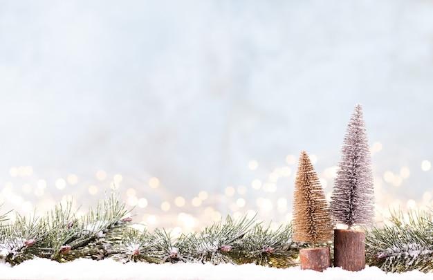Weihnachtsverzierung mit lichterketten auf blauem hintergrund.