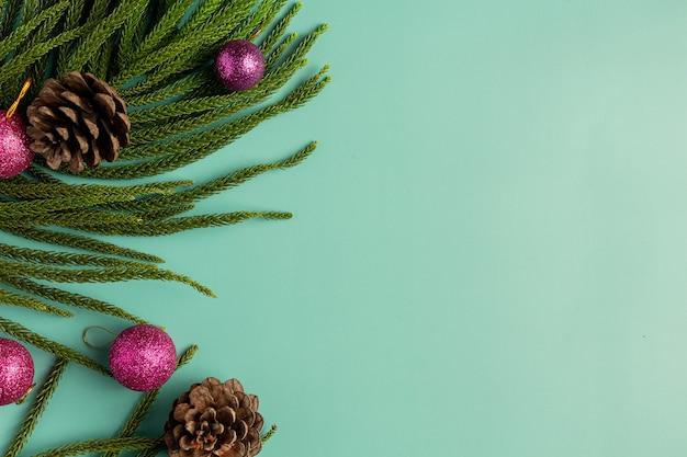 Weihnachtsverzierung platziert auf hellgrünem hintergrund