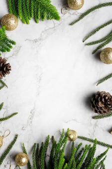 Weihnachtsverzierung platziert auf weißem marmorhintergrund