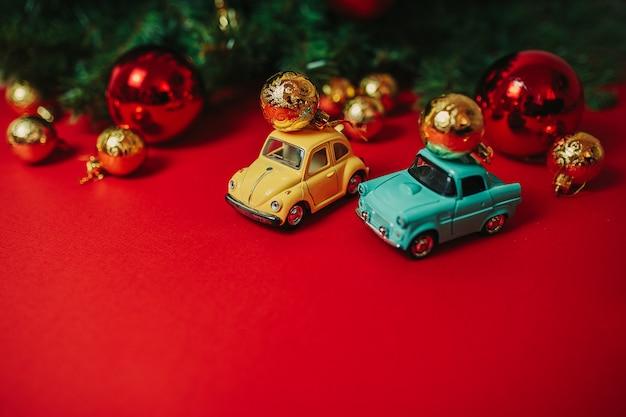 Weihnachtsverzierungen auf dem roten hintergrund
