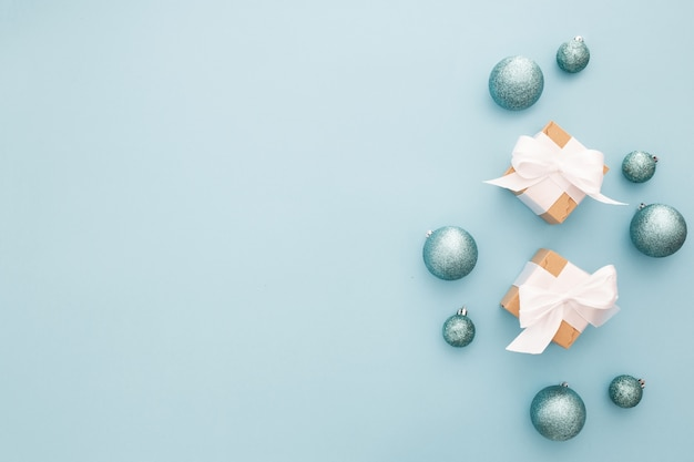 Weihnachtsverzierungen auf einem blaulichthintergrund