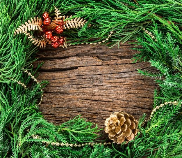 Weihnachtsverzierungen auf hölzernem als rahmenrand mit copyspace