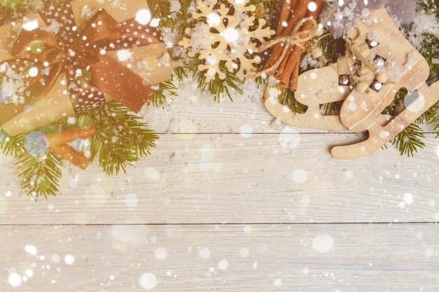 Weihnachtsverzierungen auf holztisch