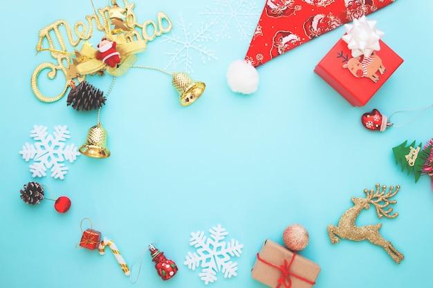 Weihnachtsverzierungen auf pastellfarbhintergrund, flache lage mit rahmen für text