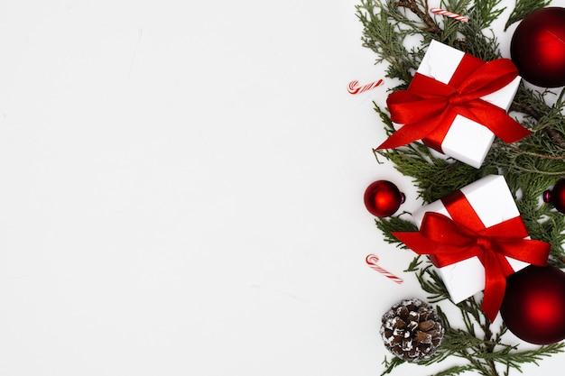 Weihnachtsverzierungen mit geschenkboxen mit kopienraum