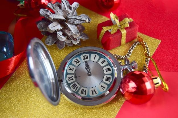 Weihnachtswecker auf rotem und goldfarbenem geschenkpapier