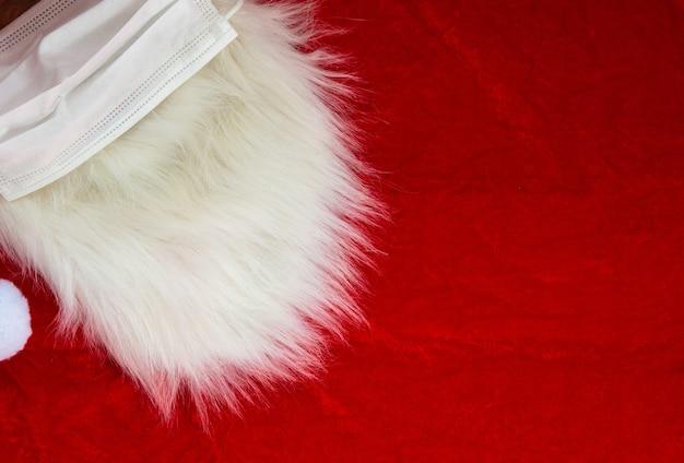 Weihnachtsweihnachtsmann weißer pelziger bart auf rotem stoff, weihnachtskonzept, hintergrundtexturnahaufnahme
