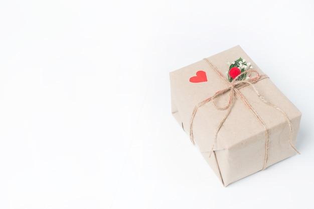 Weihnachtsweinlesegeschenke auf einem weißen hintergrund