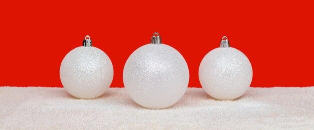 Weihnachtsweiß gefrostete kugeln