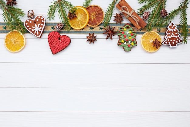 Weihnachtsweißes holz mit weihnachtsplätzchen und zimt