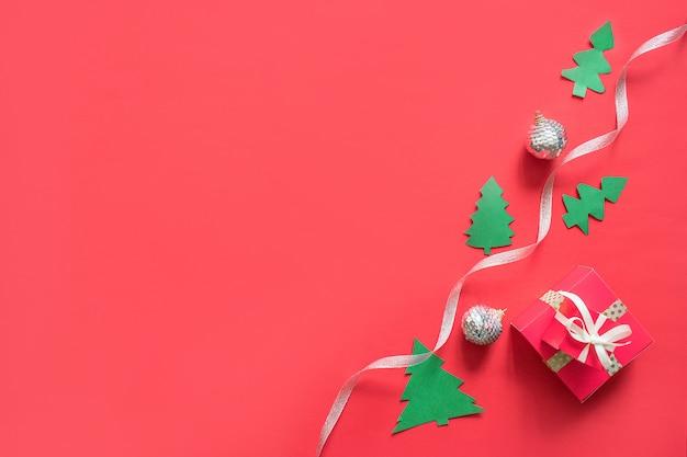 Weihnachtsweißes und silbernes band, geschenkbox, girlanden, spielwaren mit kopienraum.