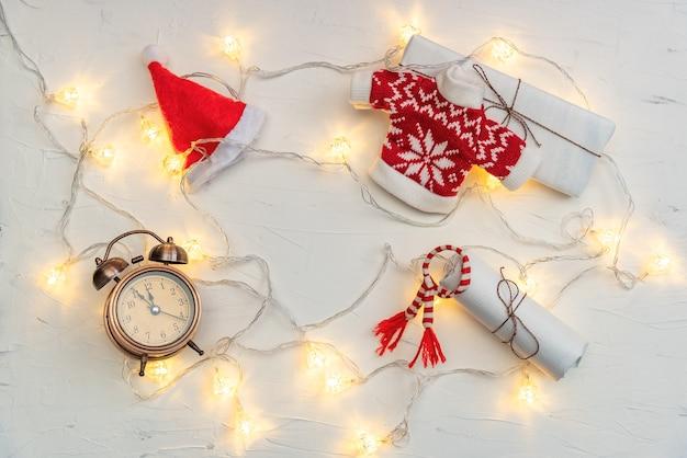 Weihnachtswohnung lag komposition mit leuchtenden lichterketten