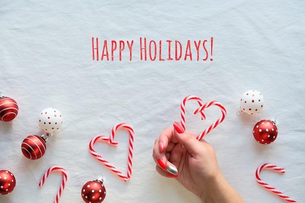 Weihnachtswohnung lag mit rot-weiß gefleckten schmuckstücken