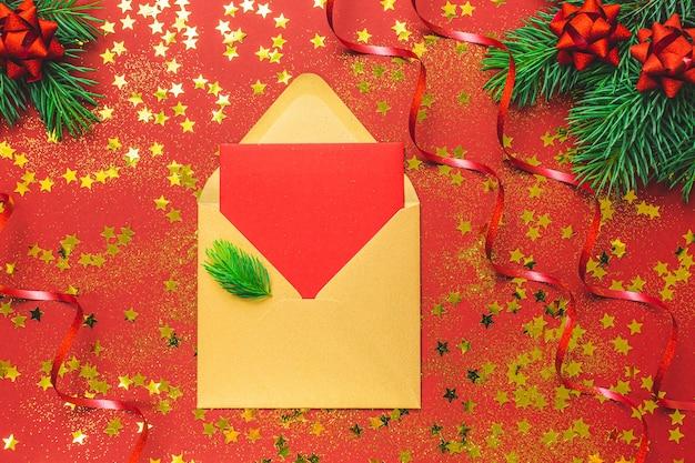 Weihnachtswohnung lag mit umschlag, konfetti und baumzweigen